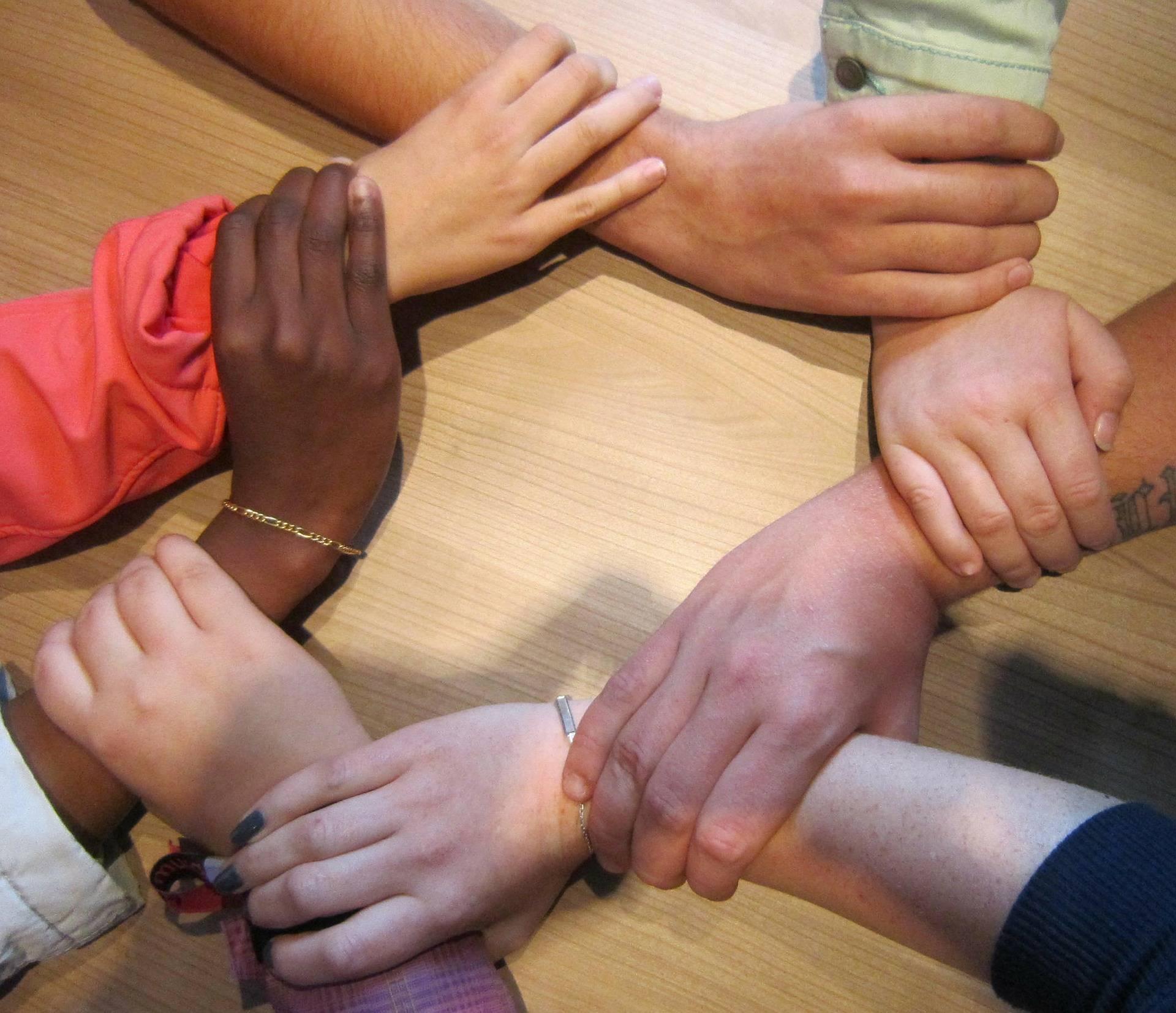 Hände, die einander halten / together-hands-pixabay-cc0-acky24